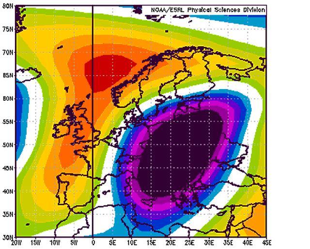 La carta rappresenta una tipologia di schema simile a quello descritto in precedenza (vedi Fig.) ma con un onda atlantica (hp delle Azzorre) moderatamente più intrusiva verso il polo ed dunque in grado di favorire una maggiore estensione delle correnti fredde verso le aree più occidentali.  Le anomalie si riferiscono alla quota geopotenziale di 500hpa